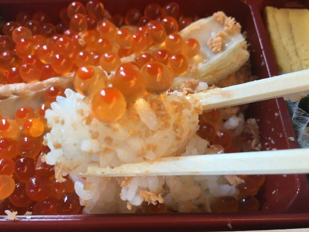 こぼれイクラととろサーモンハラス焼き弁当 (13)