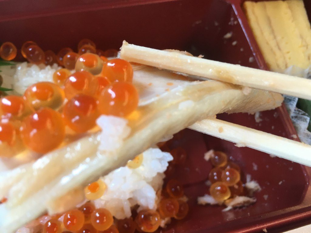 こぼれイクラととろサーモンハラス焼き弁当 (16)